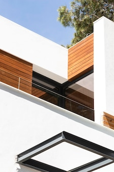 Low angle house mit holzstücken