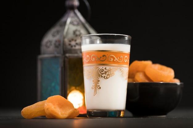 Low angle kerze und snack für ramadan tag