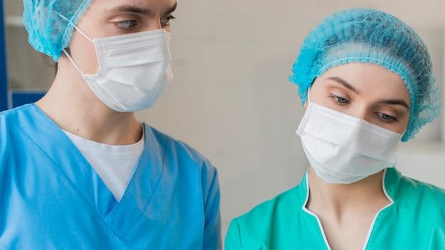 Low angle krankenschwestern arbeiten