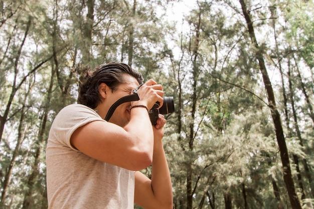 Low angle mann mit kamera