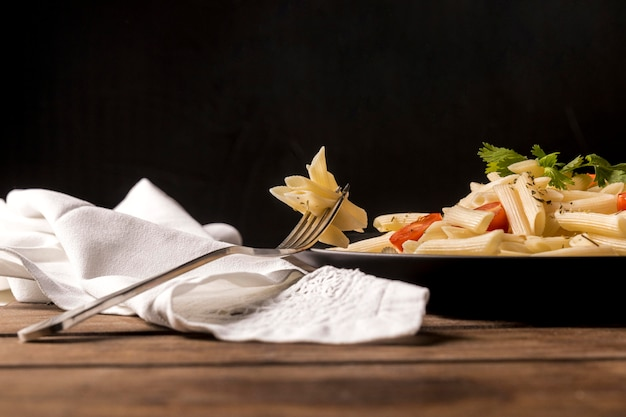 Low angle pasta mit gemüse