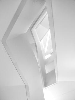 Low angle shot der modernen architektur des schönen weißen innenraums