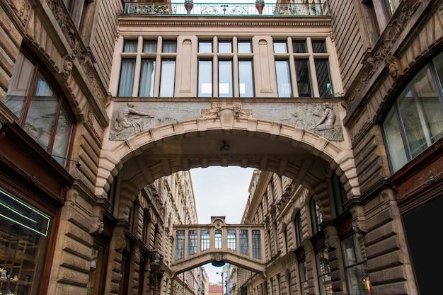 Low angle shot des museums des kommunismus tagsüber in prag, tschechische republik