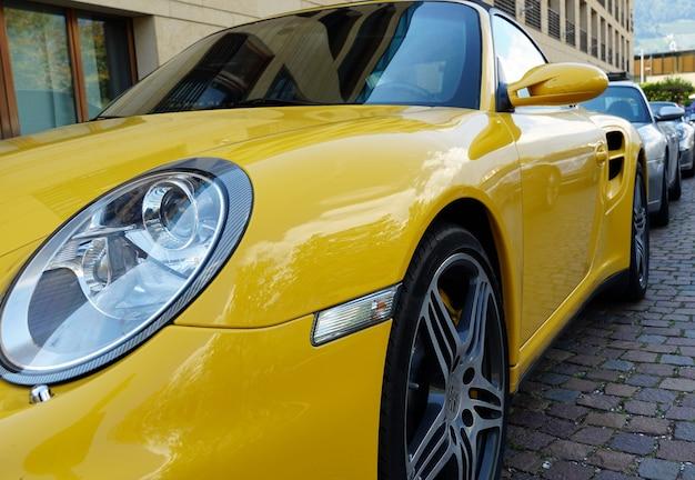 Low angle shot des scheinwerfers eines modernen autos