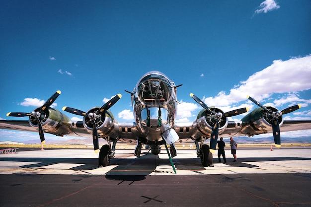 Low angle shot eines b-17 bomber flugzeugs aus dem zweiten weltkrieg auf einem luftwaffenstützpunkt an einem sonnigen tag aufgenommen