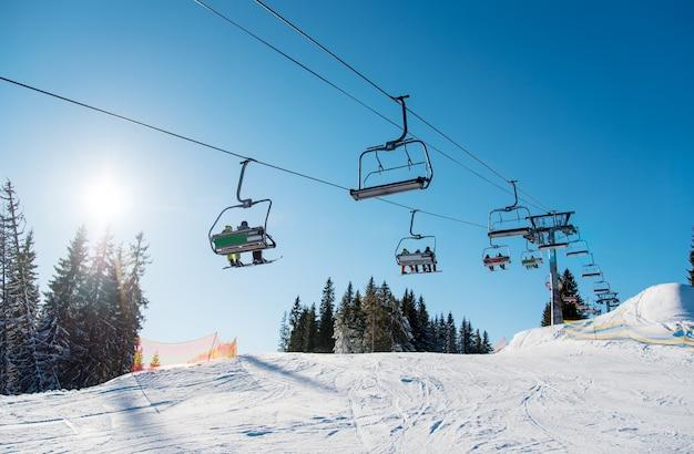 Low angle shot eines skilifts im skigebiet