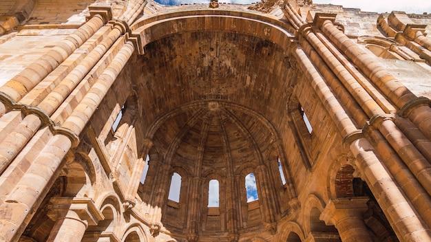 Low angle shot von kloster moreruela granja spanien
