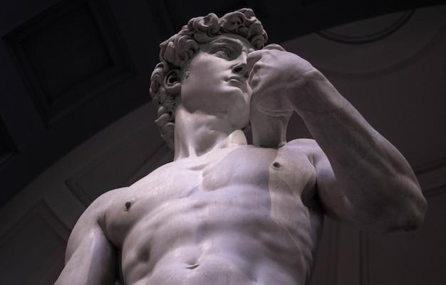 Low angle shot von michelangelos david in der galerie der akademie von florenz