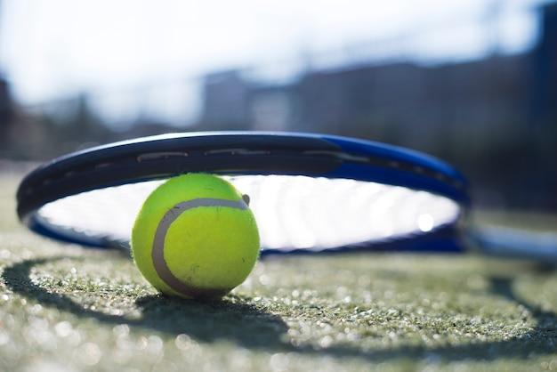 Low angle tennisschläger auf dem ball