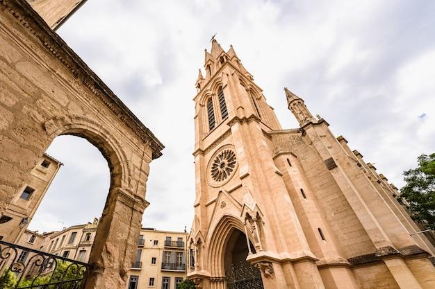 Low angle view einer neugotischen kirche bekannt als carr de sainteanne in montpellier