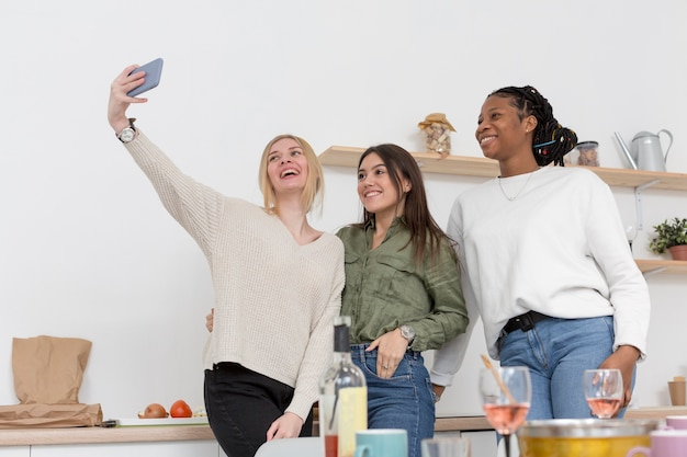 Low angle womens nehmen selfie