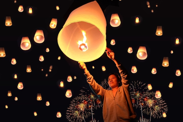 Loy krathong festival in chiangmai thailand himmelslaterne bunte laternen dekoriert