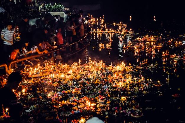 Loy krathong-festival, nachtaufnahme von den thailändischen leuten, die vollmondfestival loy krathong feiern