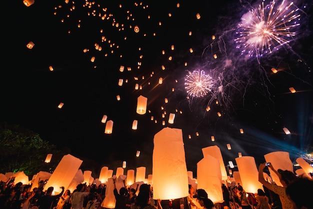 Loy krathong festival, thailändische neujahrsparty mit schwimmenden laternen am nachthimmel