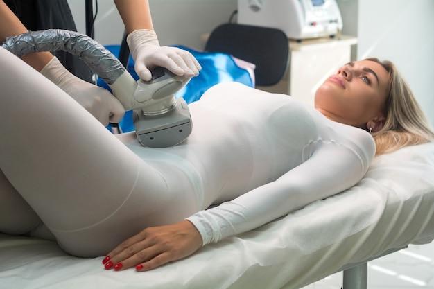 Lpg-massage zum heben des körpers. kosmetisches verfahren im salon. anti-cellulite-körperbehandlung.