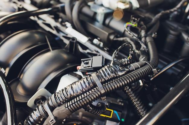Lpg, ngv gastanks sind in einem auto für das 2-kraftstoff-system installiert.