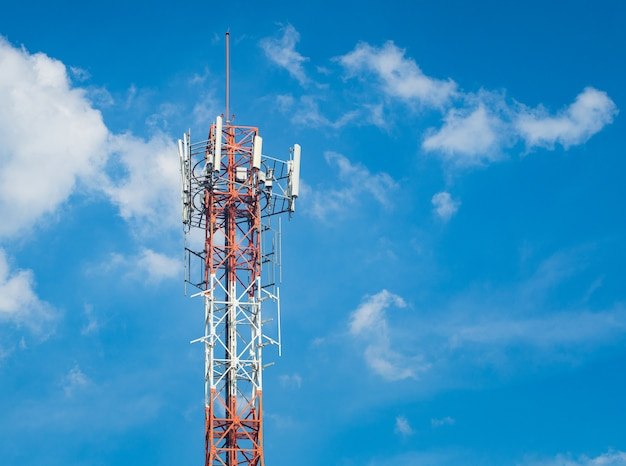 Lte, gsm, 2g, 3g, 4g, 5g turm der zellularen kommunikation. telekommunikationsturm gegen den blauen himmel mit wolken.