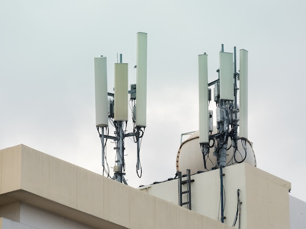 Lte, gsm, 2g, 3g, 4g, 5g turm der zellularen kommunikation. telekommunikationsturm im obersten stockwerk des gebäudes installiert.