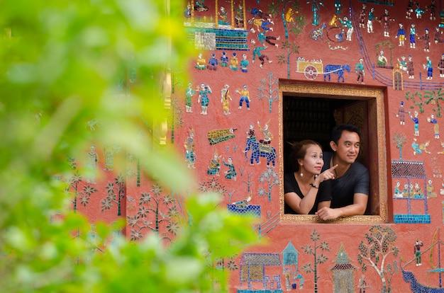 Luangprabang, laos: 22. april 2017 - paar auf der buddhistischen kirche lächelnd wat xieng tang-tempel welterbe auf aril 22,2017, luang pra bang, laos