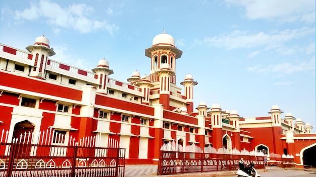 Lucknow, uttar pradesh, indien, 14. juni 2020: blick auf das kolonialerbegebäude des bahnhofs chaarbagh