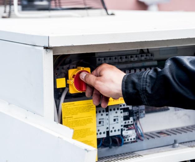 Lüftungsreinigung. spezialist bei der arbeit. reparaturlüftungssystem (hvac)