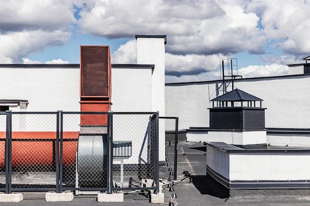 Lüftungssystem eines mehrstöckigen wohngebäudes. zwangsbelüftung eines hochhauses. für frische luft sorgen. luftversorgungssystem für wohnungen.