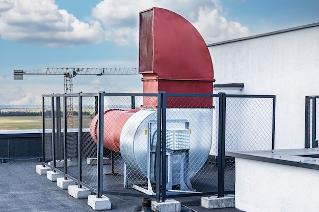 Lüftungssystem eines mehrstöckigen wohngebäudes. zwangsbelüftung eines hochhauses. für frische luft sorgen. zwangsbelüftung.