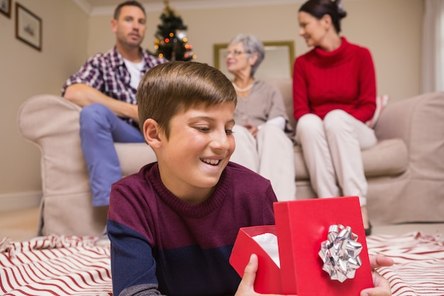 Lügen- und öffnungsgeschenk des glücklichen sohns
