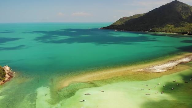 Luft drohnenansicht insel koh phangan. exotische küste, sandstrand, korallen. fischerboote von oben.