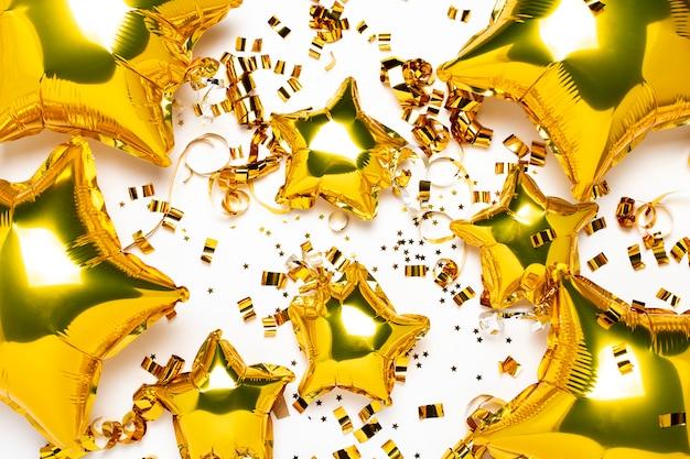 Luft goldene luftballons stern und konfetti form auf einem weißen hintergrund.