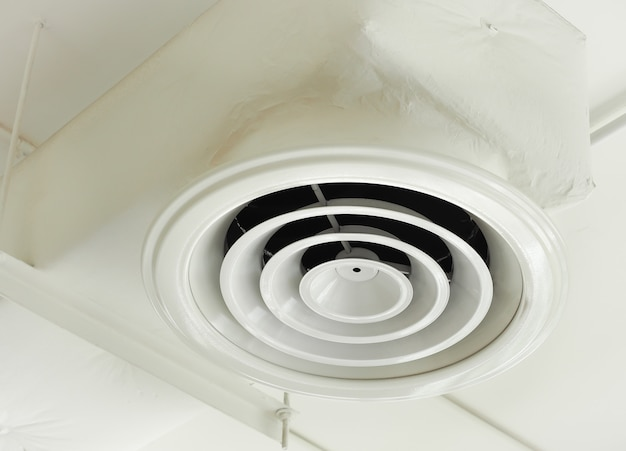 Luft lüftungsschlauch an der decke des bürogebäudes installiert.
