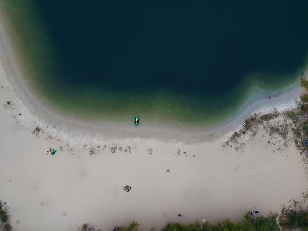 Luft sommeransicht des leeren strandes des sees. drohnenfoto.