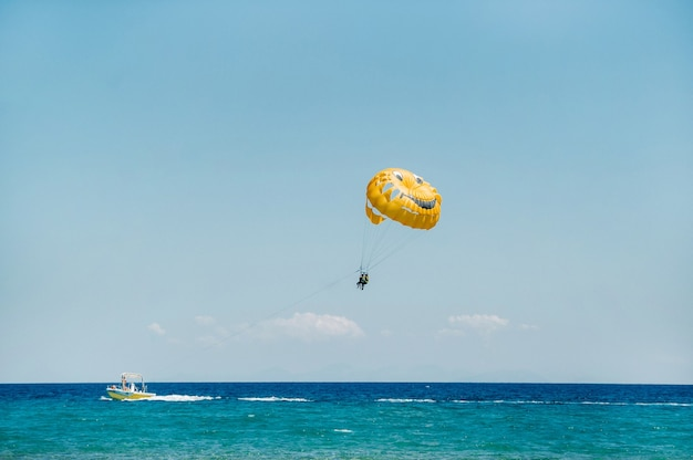 Luft-wasser-fallschirmflug auf der insel zakynthos.griechenland