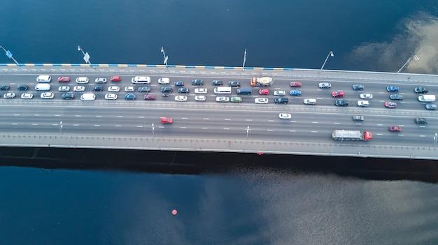 Luftansicht der brücke mit dem straßenautoverkehr vieler autos