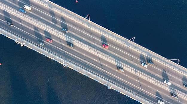 Luftansicht des brückenstraßenautomobilverkehrs vieler autos von oben, stadttransportkonzept