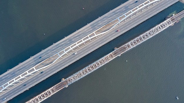 Luftansicht des brückenstraßenautomobilverkehrs von autos und eisenbahn von oben, transportkonzept