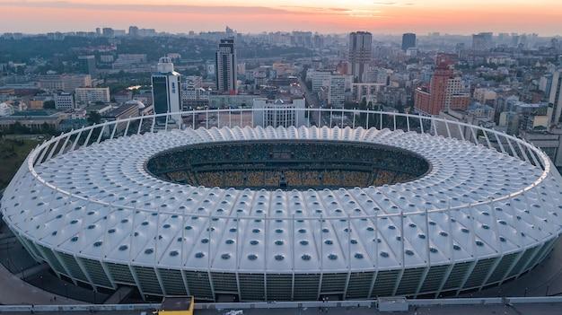 Luftansicht des stadions und des kiewer stadtbildes auf sonnenuntergang von oben, skyline der stadt kiew, ukraine