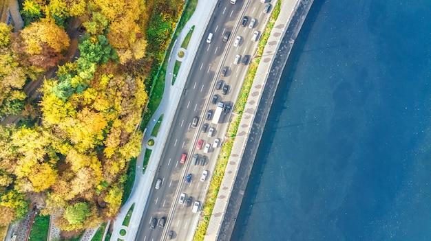 Luftansicht des straßenauto-staus vieler autos von oben, dnipro-fluss und kiewer herbststadtbild, stadttransportkonzept