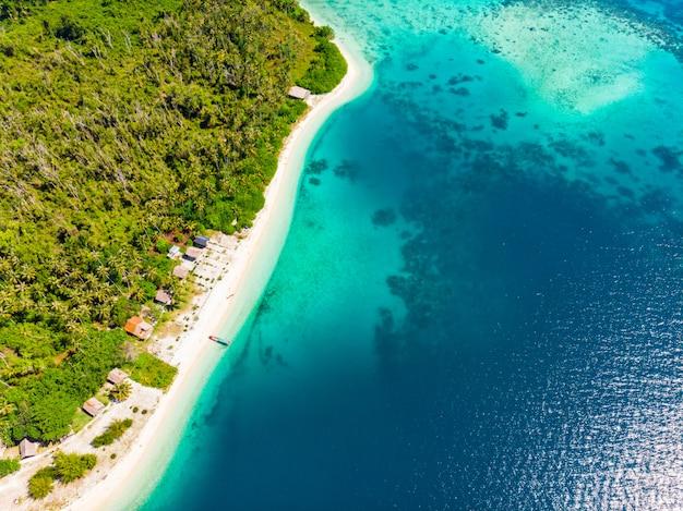 Luftansicht tropisches paradies unberührter strand regenwald blaue lagune bucht korallenriff karibik meer türkisfarbenes wasser bei banyak islands indonesia sumatra weg von allem