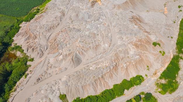 Luftansicht von oben, landoberfläche, links vom wasser