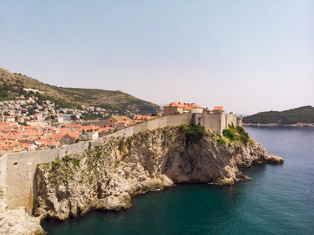 Luftaufnahme 4k der altstadt von dubrovnik kroatien an der adriabucht