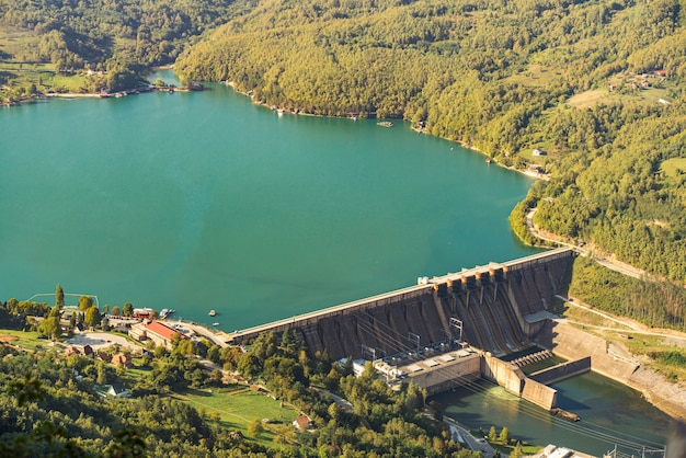 Luftaufnahme am perucac see und am wasserkraftwerk am fluss drina in serbien