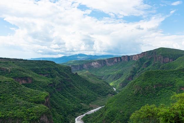 Luftaufnahme auf dem berg barranca de huentitan in der stadt guadalajara mexiko me