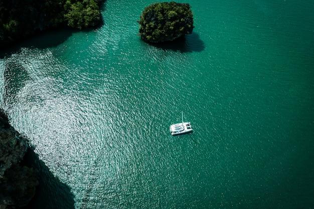 Luftaufnahme auf dem meer und der yacht. schöne natürliche seelandschaft im sommer