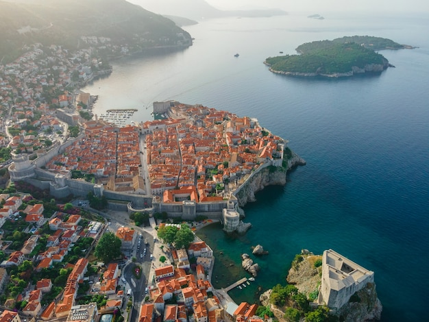 Luftaufnahme der altstadt von dubrovnik kroatien und der adria mit drohne gemacht