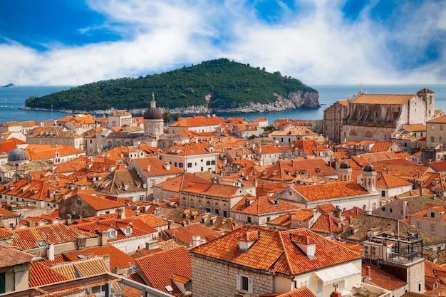 Luftaufnahme der altstadt von dubrovnik mit ihren roten dachhäusern und der insel lokrum im hintergrund, kroatien
