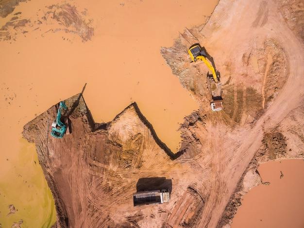 Luftaufnahme der arbeit des baggers und des lkws