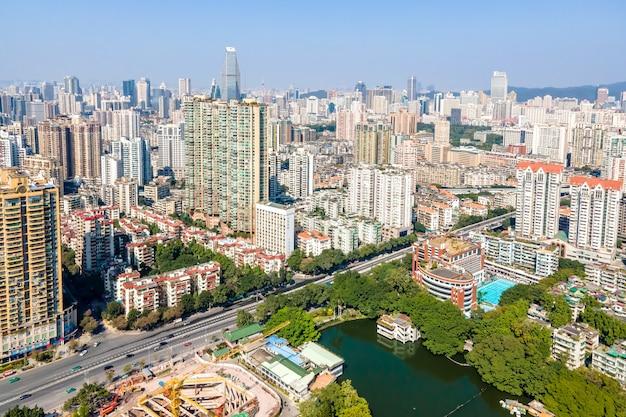 Luftaufnahme der architektonischen landschaft auf beiden seiten des pearl river in guangzhou