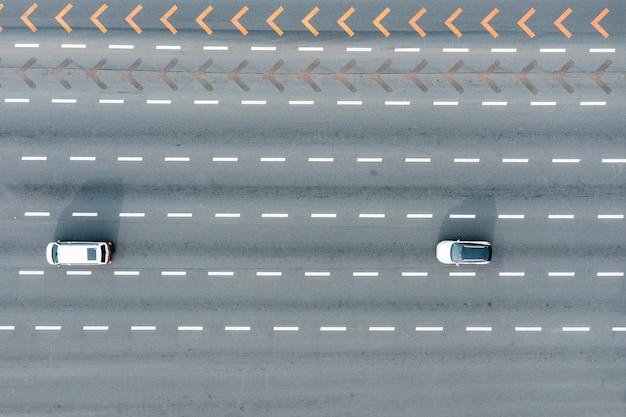 Luftaufnahme der autobahn mit autos, die entlang fahren