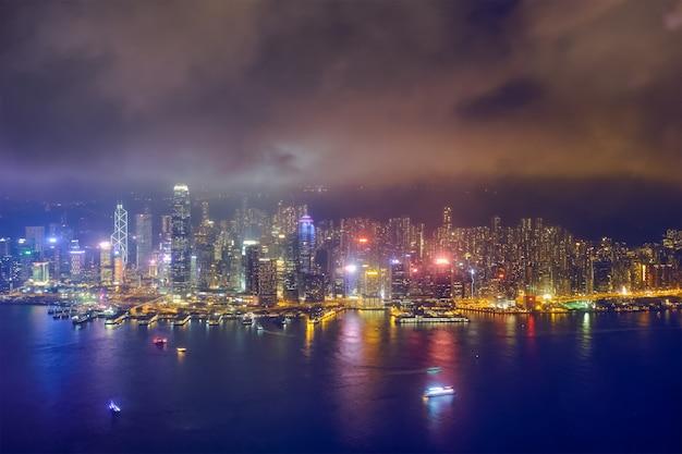 Luftaufnahme der beleuchteten skyline von hongkong. hongkong, china